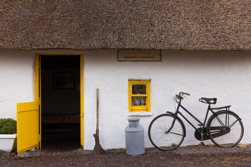 stugan thatched traditionellt kerry ireland arkivfoton