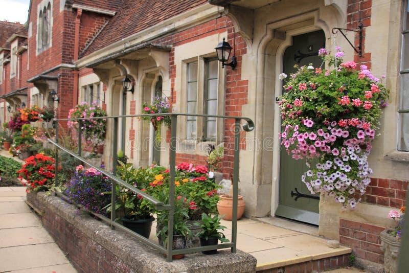Stugaträdgård i byn Salisbury i England i sommaren royaltyfri bild