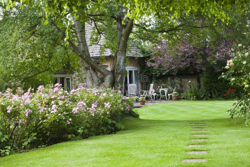 Stugaträdgård i sommar royaltyfri bild