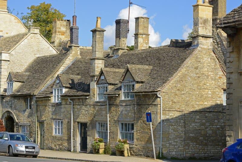 Stugor i Burford, Oxfordshire, England royaltyfri foto
