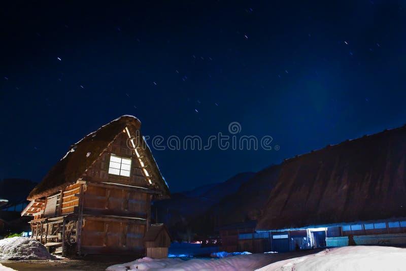 Stugor på den Ogimachi byn på natten arkivfoto