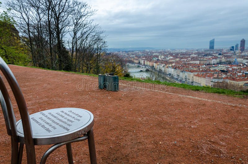 Stuhl auf dem Hügel mit Panoramablick, Lyon, Frankreich lizenzfreie stockfotografie