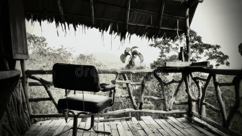 Stuhl auf dem 1. Niveau im Geist-Bungalow im Dschungel stockbild