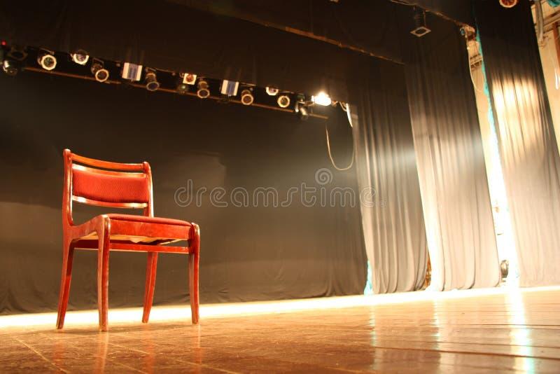Stuhl auf leerer Theaterstufe lizenzfreie stockbilder