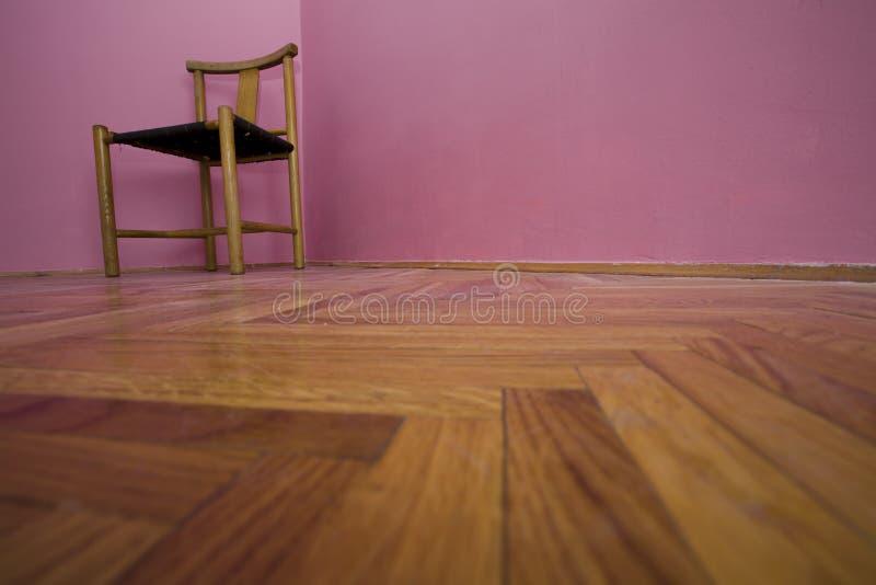 Stuhl im emty Raum lizenzfreies stockbild