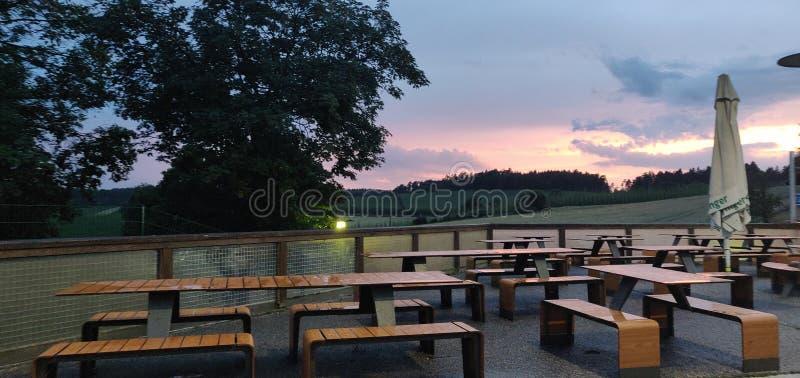 Stuhl im Sonnenuntergang lizenzfreie stockbilder