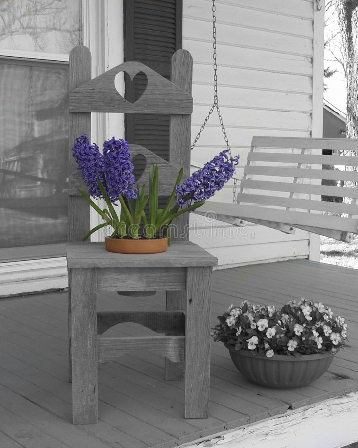 Stuhl mit Blumen stockfotografie