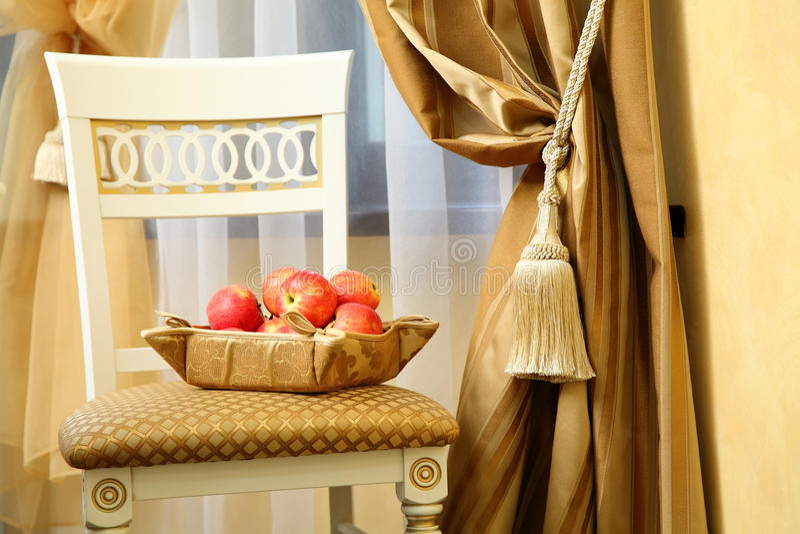 Stuhl mit einem Korb von Äpfeln stockfotos