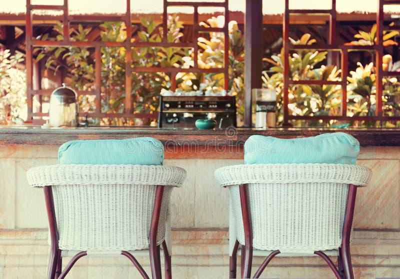 Stuhl am Sommerterrassenrestaurant stockfotografie