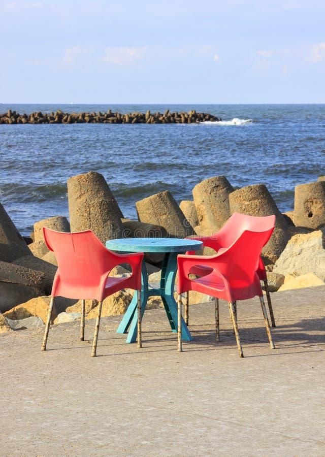 Stuhl und Felsen stockfoto