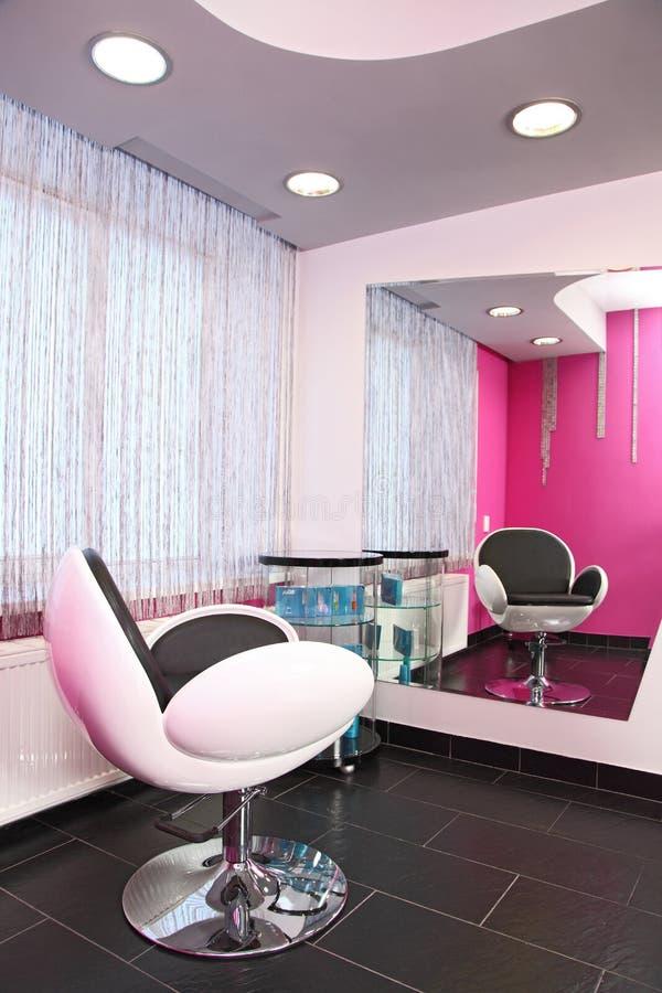 Stuhl und großer Spiegel stockfotografie