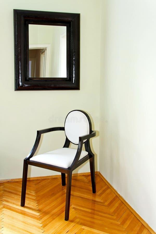 Stuhl und Spiegel stockfotos