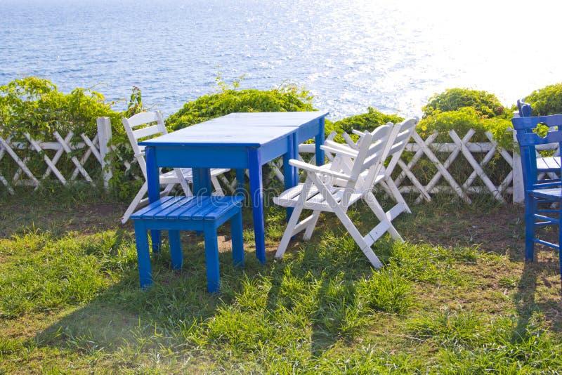 Stuhl und Tabelle im Garten stockfoto