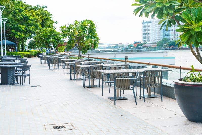 Stuhl und Tabelle mit Plattform im Freien stockbild