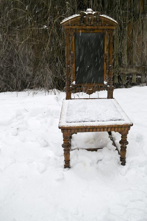 Stuhl unter Schnee lizenzfreies stockbild