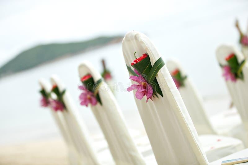 Stuhleinrichtungshochzeit auf tropischem Strand lizenzfreies stockbild