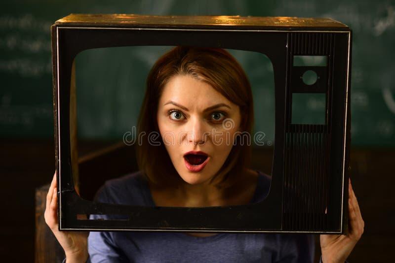 Stuitend Nieuws vrouwenjournalist die stuitend nieuws melden stuitend nieuws op TV stuitend nieuws van de dag Grote TV toont royalty-vrije stock fotografie