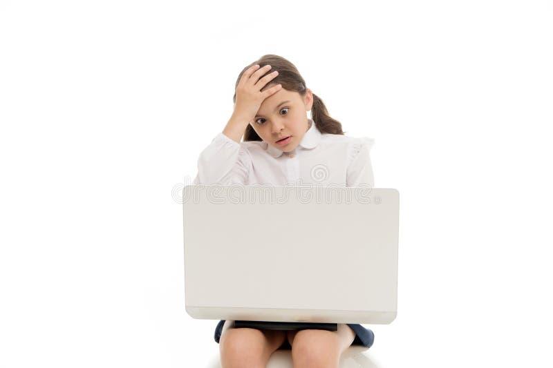 Stuitende inhoud Schoolmeisje die Internet met geschokt gezicht surfen Meisje overweldigde uitdrukkingsaanraking haar hoofd Hoe h stock fotografie