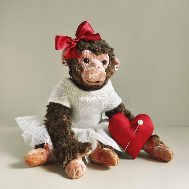 Stuk speelgoed aap met rood hart stock fotografie