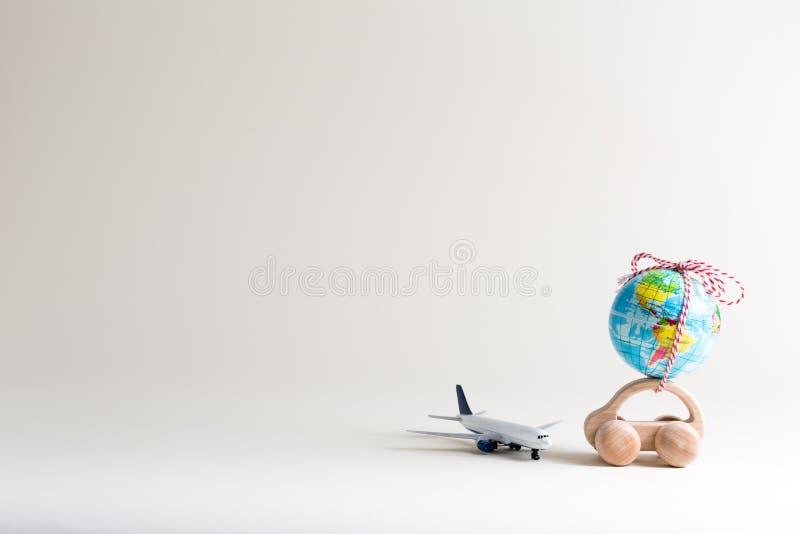Stuk speelgoed auto die een kleine bol dragen stock afbeeldingen