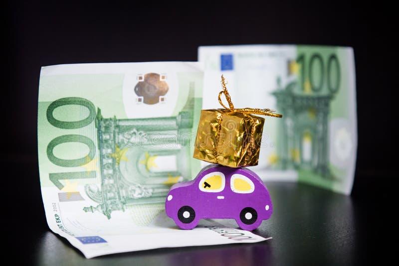 Stuk speelgoed auto, euro en gouden heden op zwarte royalty-vrije stock foto