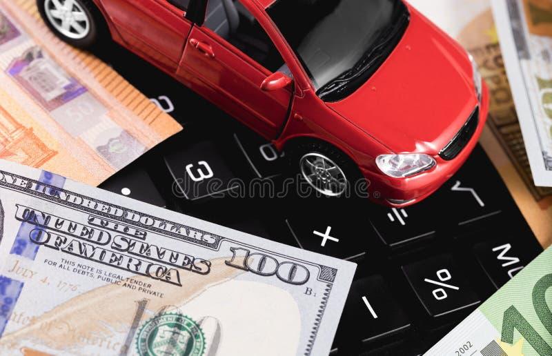 Stuk speelgoed auto op een calculator stock foto