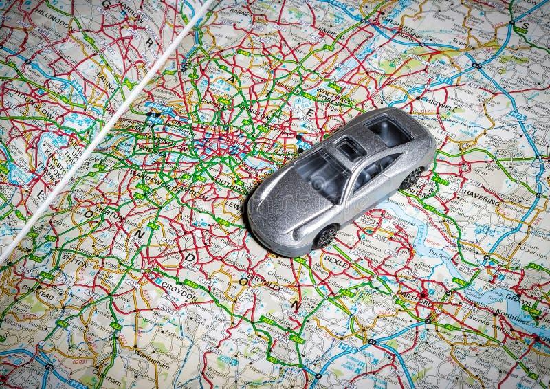 Stuk speelgoed auto op wegenkaart stock afbeelding