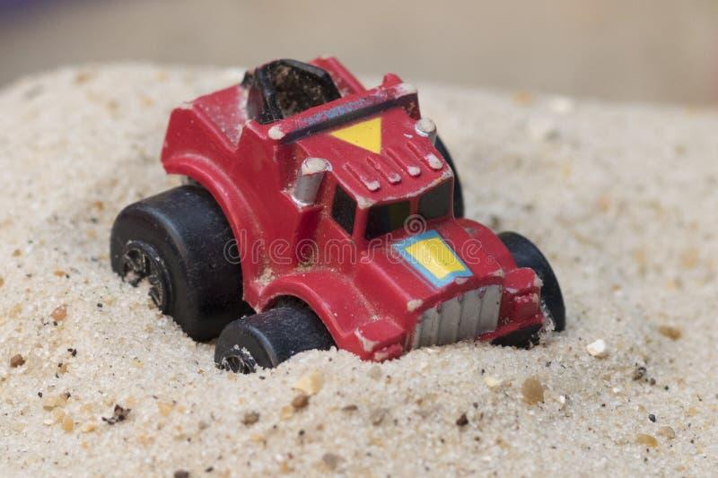 Stuk speelgoed auto op zand royalty-vrije stock foto's