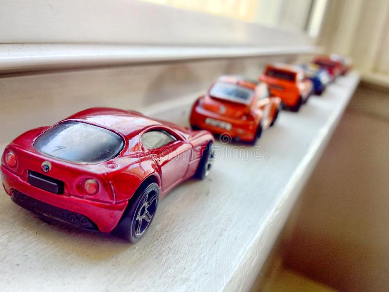 Stuk speelgoed auto's in een lijn stock foto's