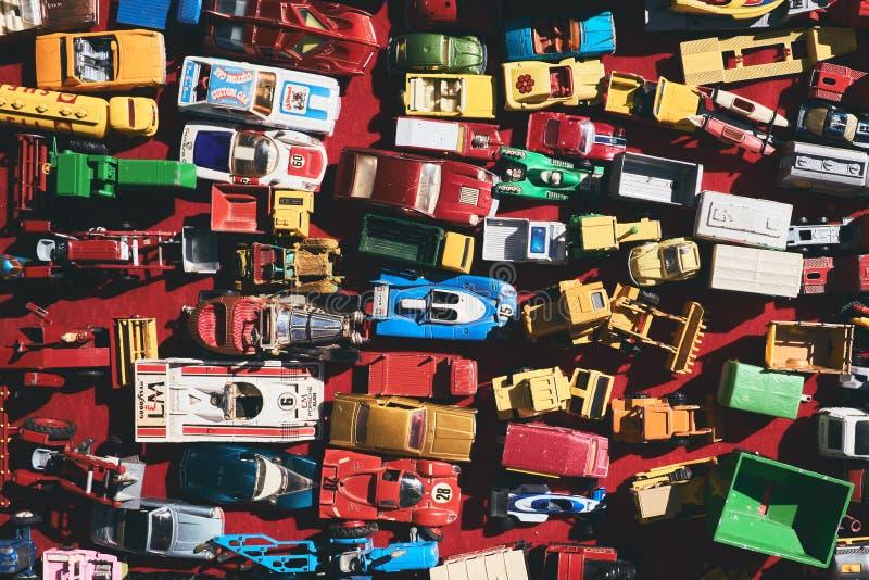 Stuk speelgoed auto's voor verkoop in een markt stock fotografie