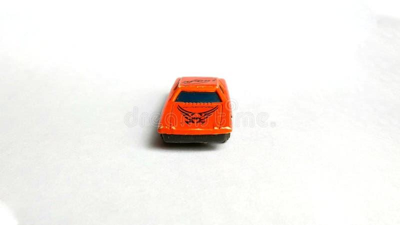 Stuk speelgoed auto vooraanzicht op witte achtergrond wordt geïsoleerd die stock afbeeldingen