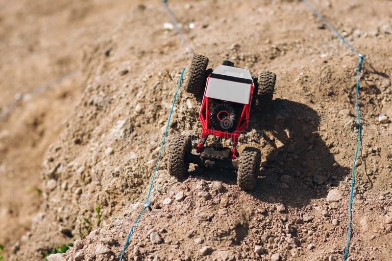 Stuk speelgoed autorennen met fouten op verzamelingsspoor stock foto's