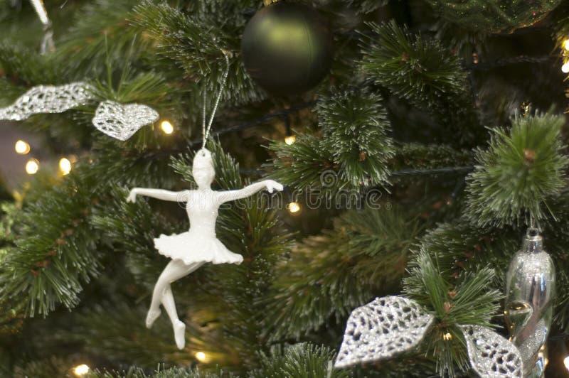 Stuk speelgoed ballerina op Kerstboom De Decoratie van het nieuwjaar royalty-vrije stock fotografie