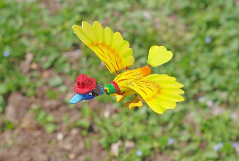 Stuk speelgoed eend op grasachtergrond royalty-vrije stock foto