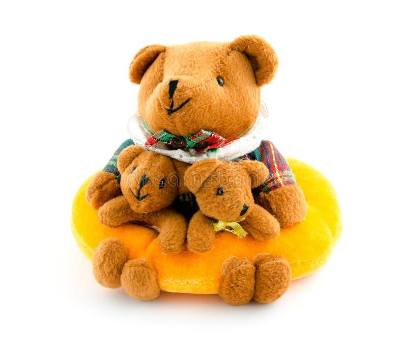 Stuk speelgoed familie van beren op wit wordt geïsoleerd dat royalty-vrije stock afbeeldingen