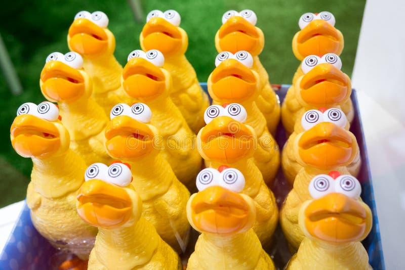 Stuk speelgoed grappige kip met grote ogen stock foto's