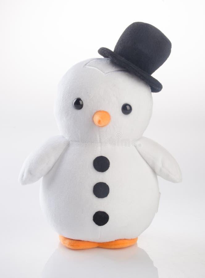 stuk speelgoed of grappige met de hand gemaakte stuk speelgoed pinguïnen op achtergrond stock afbeeldingen