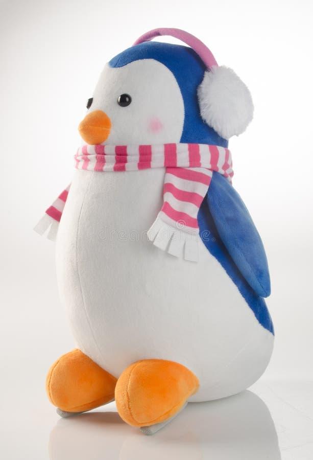 stuk speelgoed of grappige met de hand gemaakte stuk speelgoed pinguïnen op achtergrond royalty-vrije stock afbeelding