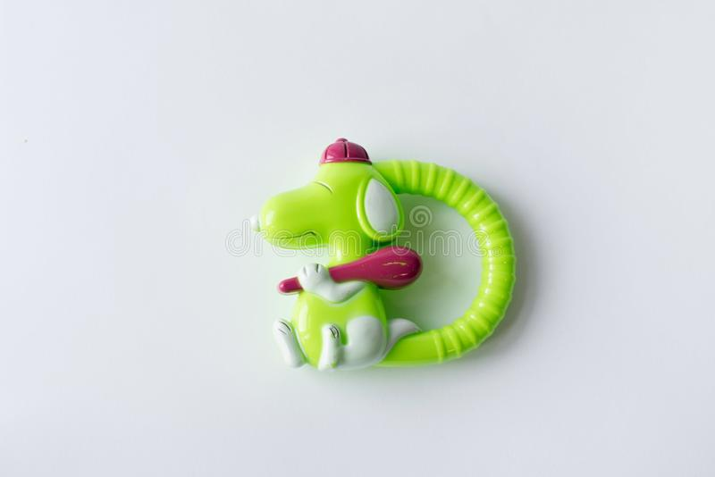 Stuk speelgoed groene die hond op witte achtergrond wordt geïsoleerd royalty-vrije stock afbeeldingen
