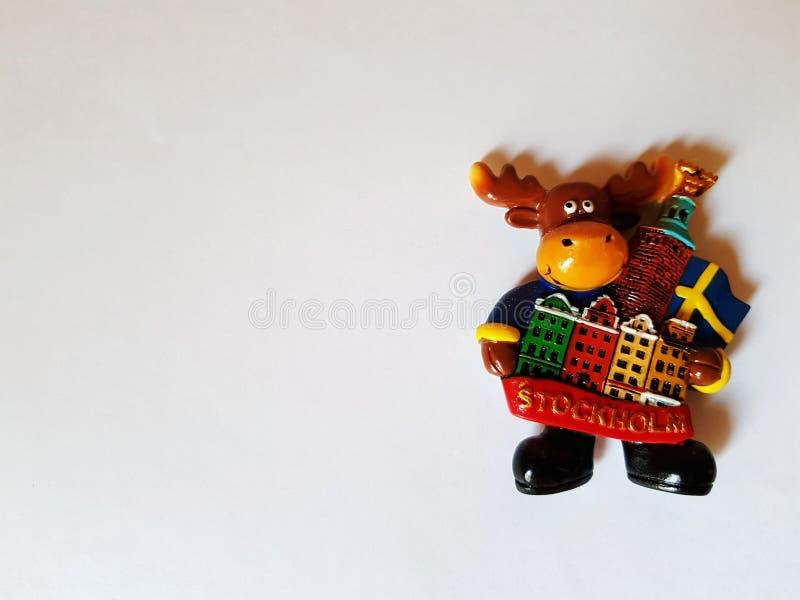 Stuk speelgoed herten op witte Magneet als achtergrond, herinnering Symbool van Zweden, Stockholm stock foto's