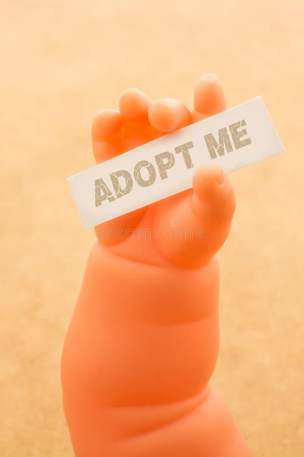 Stuk speelgoed het de holdingsdocument van de poppenhand met het woord KEURT ME goed royalty-vrije stock foto's