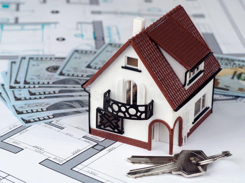 Stuk speelgoed huis en sleutels bij de bouw van plan stock foto's