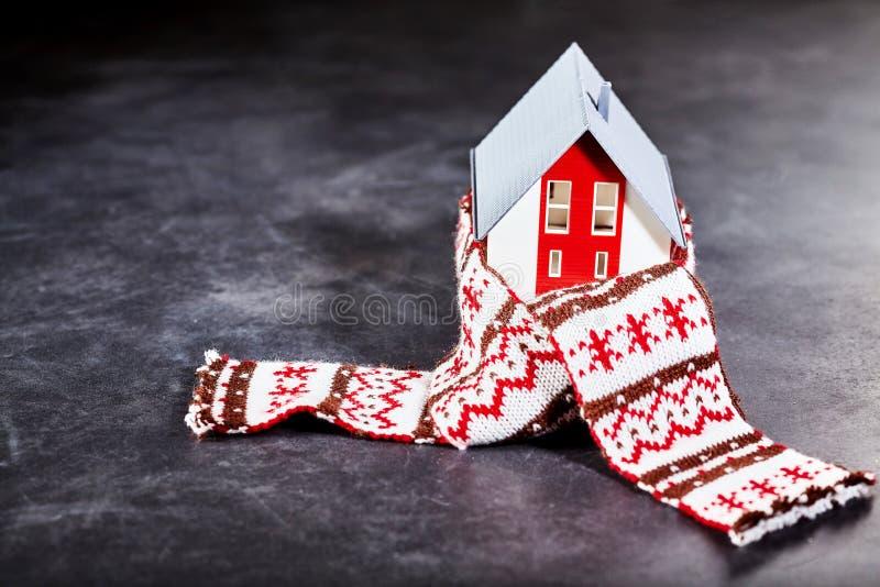 Stuk speelgoed huis het worming omhoog met sjaal royalty-vrije stock foto