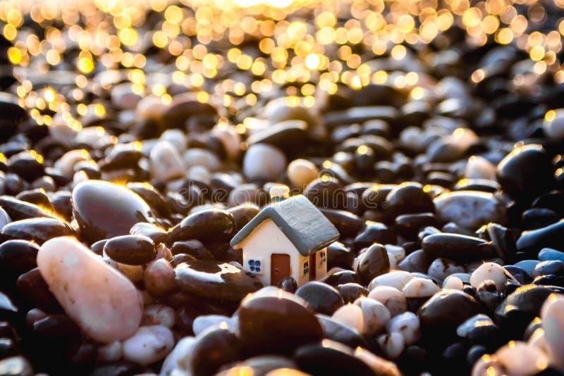 Stuk speelgoed huis op het strand stock afbeelding