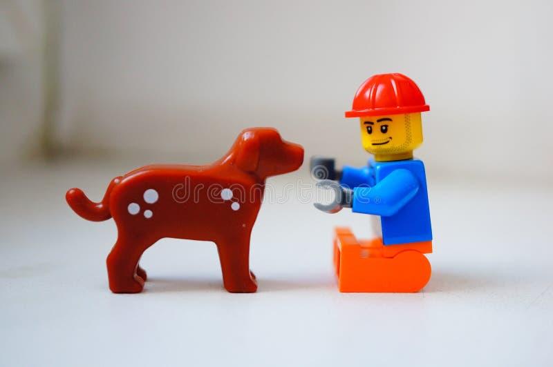 Stuk speelgoed mens en hond stock afbeeldingen
