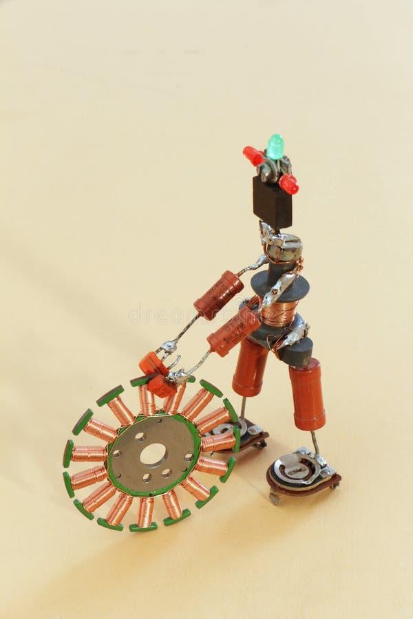 Stuk speelgoed mens van oude radiocomponenten stock afbeeldingen