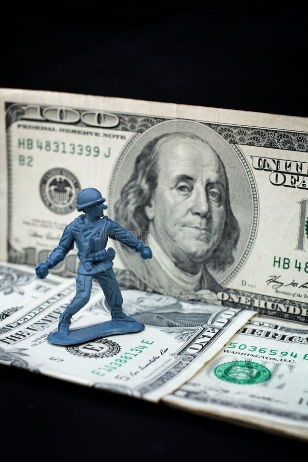 Stuk speelgoed militair die zich met dollar bevinden stock foto's