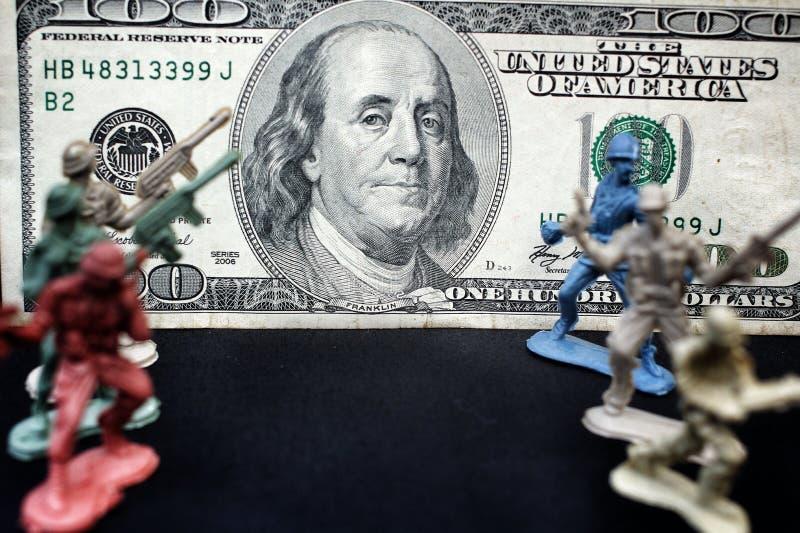 Stuk speelgoed militair die zich met dollar bevinden royalty-vrije stock afbeelding