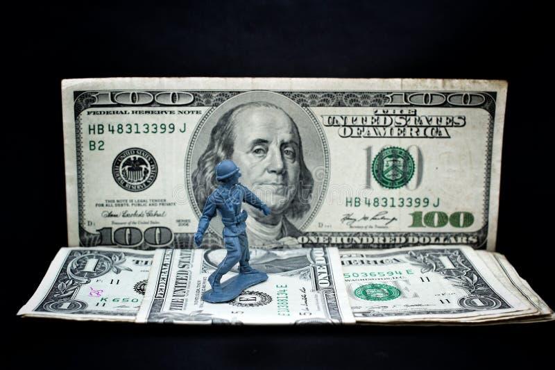 Stuk speelgoed militair die zich met dollar bevinden stock afbeelding