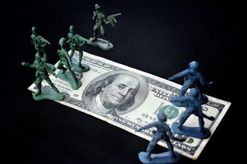 Stuk speelgoed militair die zich met dollar bevinden stock afbeeldingen